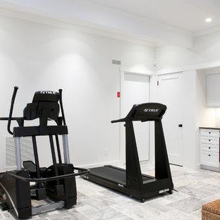Immagine di una grande sala pesi classica con pareti bianche, pavimento in travertino e pavimento grigio