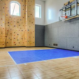Geräumiger Klassischer Fitnessraum mit Indoor-Sportplatz und weißer Wandfarbe in Salt Lake City