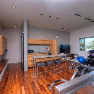 Multifunktionaler Moderner Fitnessraum mit grauer Wandfarbe, braunem Holzboden und orangem Boden in San Francisco