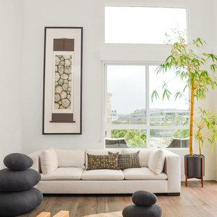 Esempio di un grande studio yoga minimal con pareti bianche, pavimento in legno massello medio e pavimento grigio
