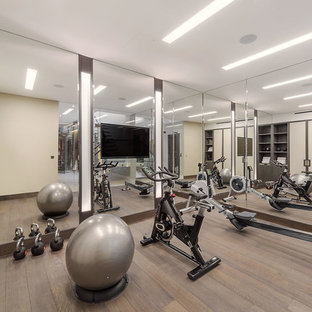 Foto di una palestra multiuso minimal di medie dimensioni con pareti beige, pavimento in legno massello medio, pavimento marrone e soffitto a cassettoni