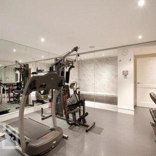 Cette photo montre une salle de sport moderne de taille moyenne et multi-usage avec un mur blanc et un sol gris.