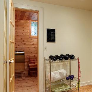 Kleiner Moderner Fitnessraum mit beiger Wandfarbe und Bambusparkett in Milwaukee