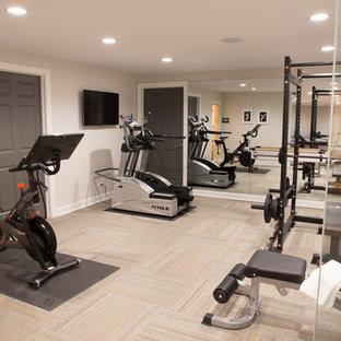 Multifunktionaler, Mittelgroßer Klassischer Fitnessraum mit beiger Wandfarbe, Teppichboden und buntem Boden in Chicago