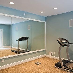 Immagine di una palestra multiuso chic di medie dimensioni con pareti blu e moquette