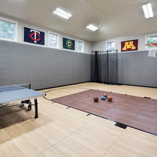 Esempio di un grande campo sportivo coperto tradizionale con pareti beige, pavimento in laminato e pavimento marrone