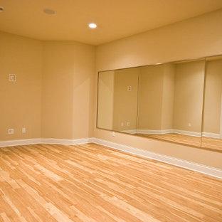 Esempio di uno studio yoga classico con pareti beige