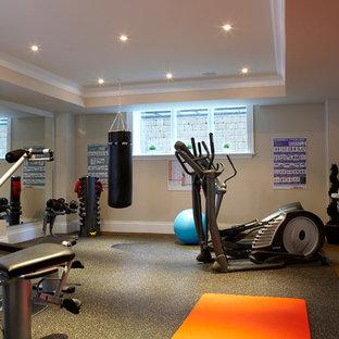 Immagine di una sala pesi chic con pareti beige