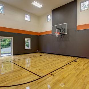 Esempio di un campo sportivo coperto classico con pareti grigie, parquet chiaro e pavimento giallo