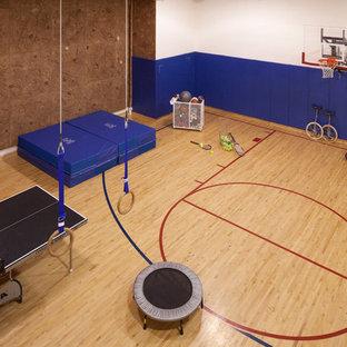 Geräumiger Klassischer Fitnessraum mit Kletterwand, weißer Wandfarbe und hellem Holzboden in Minneapolis