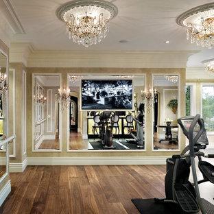 Klassischer Fitnessraum mit beiger Wandfarbe und braunem Holzboden in Las Vegas