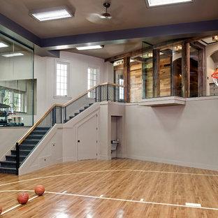 Esempio di un campo sportivo coperto classico con pareti beige e pavimento in legno massello medio