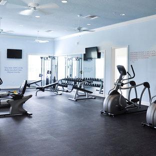 Multifunktionaler, Großer Klassischer Fitnessraum mit blauer Wandfarbe in Tampa