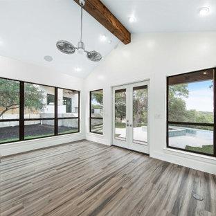 Immagine di una palestra multiuso classica di medie dimensioni con pareti bianche, pavimento in laminato e pavimento beige