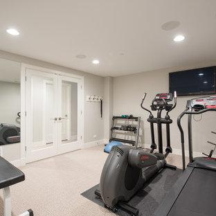 Idee per una sala pesi chic di medie dimensioni con pareti grigie, moquette e pavimento beige