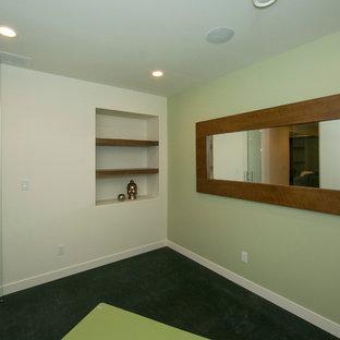 Foto di uno studio yoga design di medie dimensioni con pareti verdi