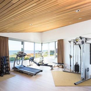 Неиссякаемый источник вдохновения для домашнего уюта: тренажерный зал среднего размера в современном стиле с белыми стенами и светлым паркетным полом