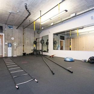 Multifunktionaler, Großer Klassischer Fitnessraum mit grauer Wandfarbe, Korkboden und schwarzem Boden in Calgary