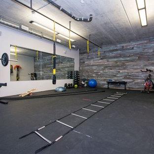 カルガリーの広いトランジショナルスタイルのおしゃれな多目的ジム (グレーの壁、コルクフローリング、黒い床) の写真