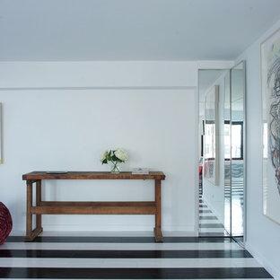 Moderner Fitnessraum mit weißer Wandfarbe und gebeiztem Holzboden in New York