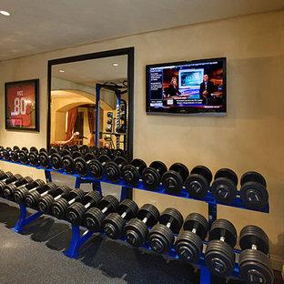 Immagine di una grande sala pesi classica con pareti beige