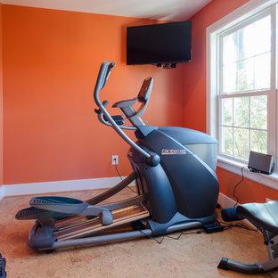 Multifunktionaler, Mittelgroßer Klassischer Fitnessraum mit oranger Wandfarbe und braunem Boden in Richmond
