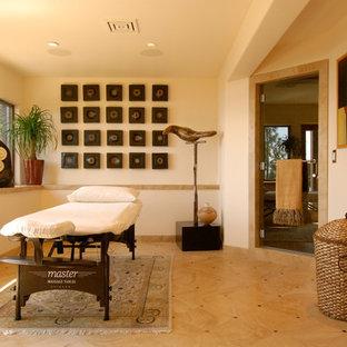 Esempio di una palestra multiuso minimal di medie dimensioni con pareti beige e pavimento con piastrelle in ceramica
