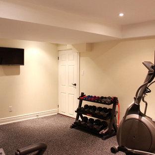 Idee per una sala pesi chic di medie dimensioni con moquette, pareti beige e pavimento grigio