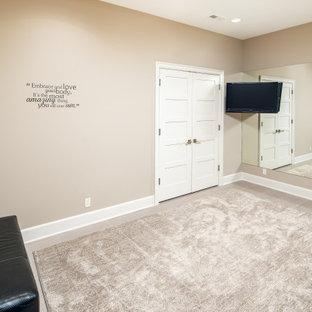 Esempio di una sala pesi tradizionale di medie dimensioni con pareti beige, pavimento in gres porcellanato e pavimento grigio