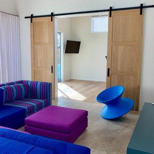 Exemple d'un studio de yoga tendance de taille moyenne avec un mur blanc, un sol en vinyl et un sol beige.