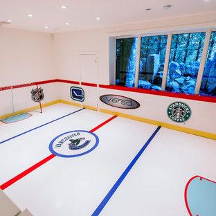 Großer Moderner Fitnessraum mit Indoor-Sportplatz, weißer Wandfarbe und weißem Boden in Vancouver