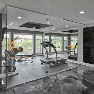 Idee per una sala pesi minimal di medie dimensioni con pareti grigie, pavimento in cemento e pavimento grigio