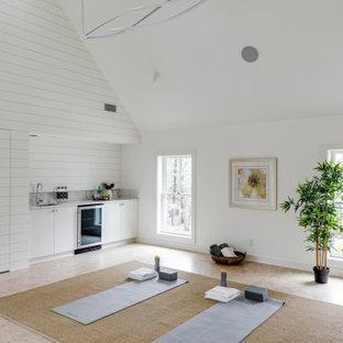Großer Landhaus Yogaraum mit weißer Wandfarbe, beigem Boden und gewölbter Decke in Boston