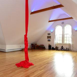 Foto di un grande studio yoga vittoriano con pareti bianche e parquet chiaro