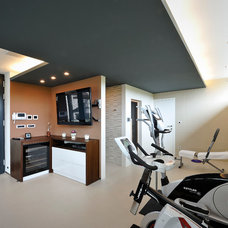 Modern Home Gym by KYZLINK