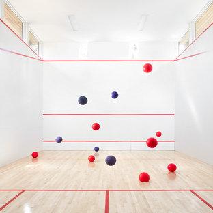 Geräumiger Moderner Fitnessraum mit Indoor-Sportplatz, weißer Wandfarbe, Laminat und braunem Boden in San Francisco