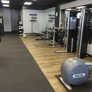 Aménagement d'une grand salle de sport classique multi-usage avec un mur gris, un sol en vinyl et un sol beige.