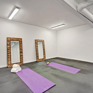 Mittelgroßer Mid-Century Yogaraum mit grauer Wandfarbe und schwarzem Boden in Seattle