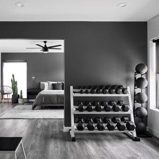 Esempio di una palestra in casa design con pareti nere, parquet scuro e pavimento nero