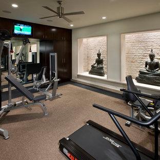 ロサンゼルスのコンテンポラリースタイルのおしゃれなトレーニングルーム (ベージュの壁、カーペット敷き、ベージュの床) の写真