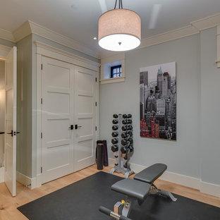Idee per una piccola sala pesi stile americano con pareti blu e parquet chiaro