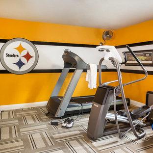 Multifunktionaler, Mittelgroßer Klassischer Fitnessraum mit gelber Wandfarbe und Teppichboden in Las Vegas