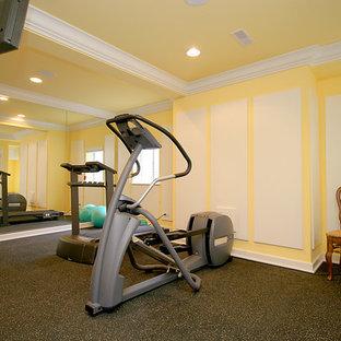 Idee per una grande sala pesi tradizionale con pareti gialle