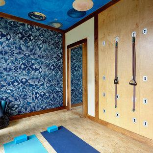 Immagine di uno studio yoga boho chic con pareti multicolore