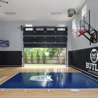 Ispirazione per un grande campo sportivo coperto tradizionale con pareti grigie, pavimento in vinile e pavimento blu