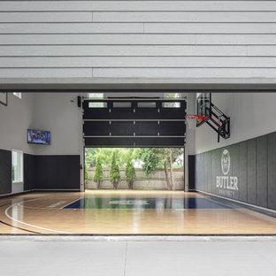 Immagine di un grande campo sportivo coperto chic con pareti grigie, pavimento in vinile e pavimento blu