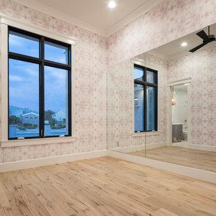 Immagine di una grande palestra multiuso chic con pareti rosa, parquet chiaro e pavimento beige