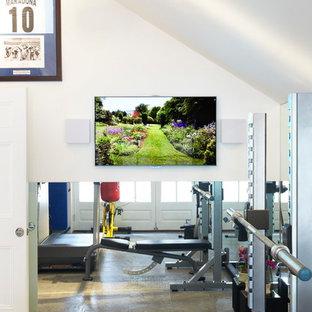 Multifunktionaler, Kleiner Moderner Fitnessraum mit weißer Wandfarbe, Kalkstein und grauem Boden in London