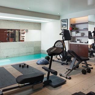 Multifunktionaler, Mittelgroßer Klassischer Fitnessraum mit weißer Wandfarbe und Kalkstein in San Diego
