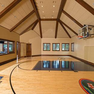 Geräumiger Klassischer Fitnessraum mit Indoor-Sportplatz, beiger Wandfarbe, braunem Holzboden und beigem Boden in Orlando